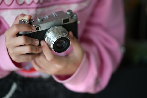 Menina, com, câmera vintage, em, mão