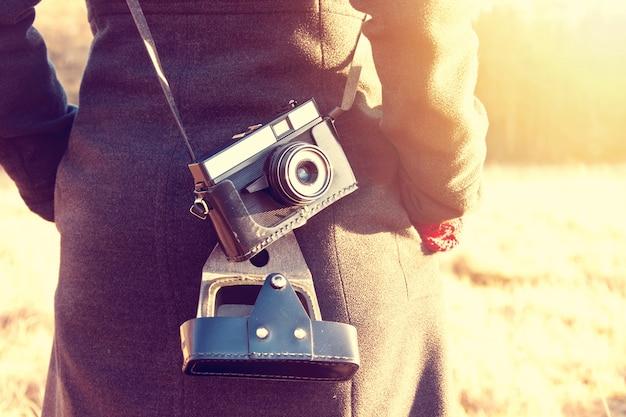 Menina com câmera vintage retro.