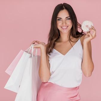 Menina com camiseta branca em fundo rosa