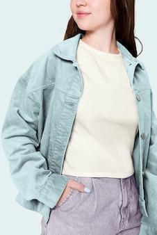 Menina com camiseta verde e jaqueta azul ensaio de moda de inverno