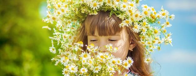 Menina com camomila. foto. flores da natureza.