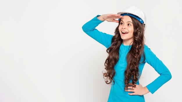Menina com capacete de engenheiro