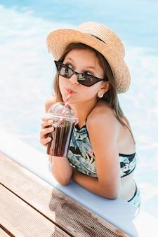 Menina, com, chapéu, bebendo, um, smoothie