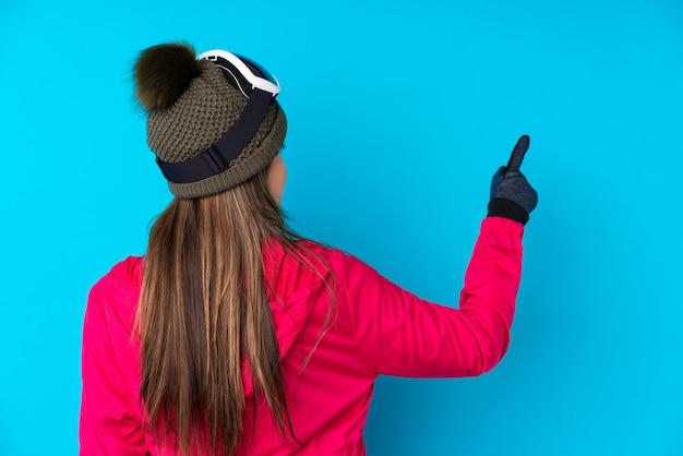Menina com chapéu de inverno