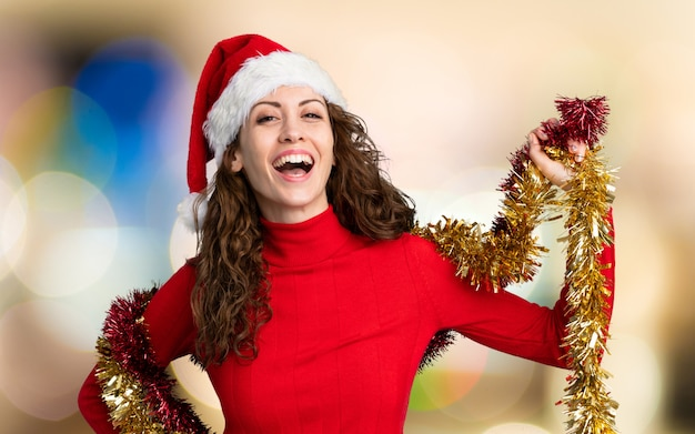 Menina com chapéu de natal na parede sem foco