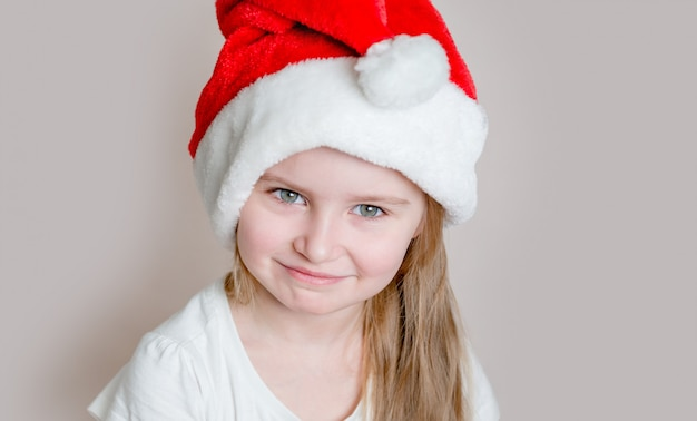 Menina com chapéu de papai noel