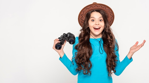 Menina com chapéu e câmera