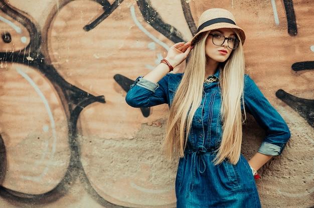 Menina com chapéu