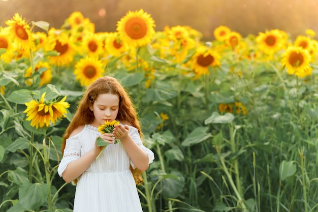 Menina com cheiro de girassol, curtindo a natureza ao ar livre.