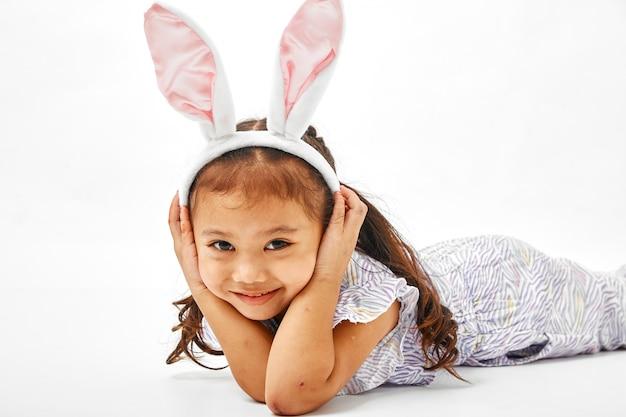 Menina com coelho de orelhas-de-rosa