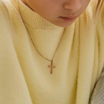 Menina com colar de cruz