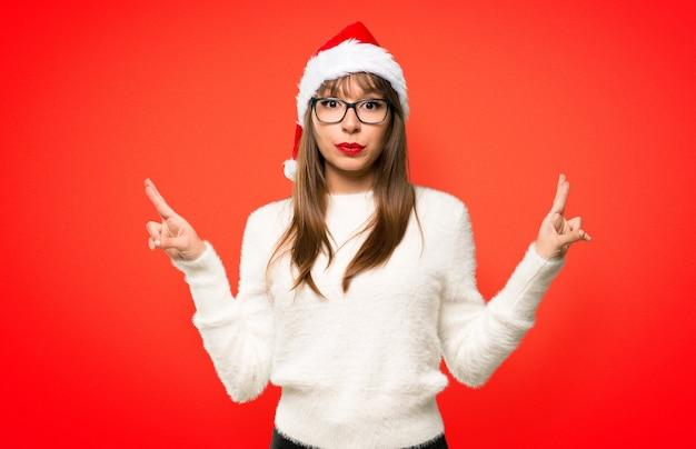 Menina com comemorando as férias de natal com os dedos cruzando e desejando o melhor