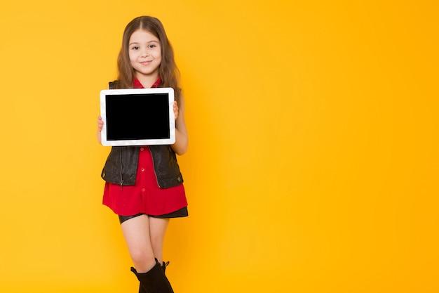 Menina com computador tablet
