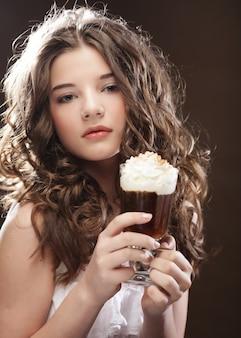 Menina com copo de creme de café witn