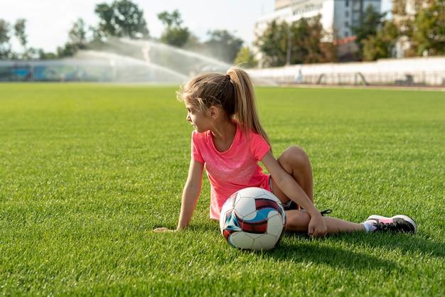 Menina, com, cor-de-rosa, t-shirt, e, bola