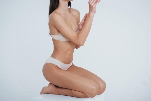 Menina com corpo jovem tonificado magro perfeito.