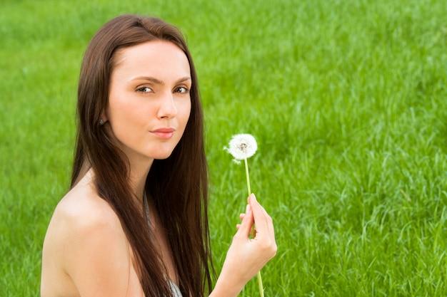 Menina, com, dandelion