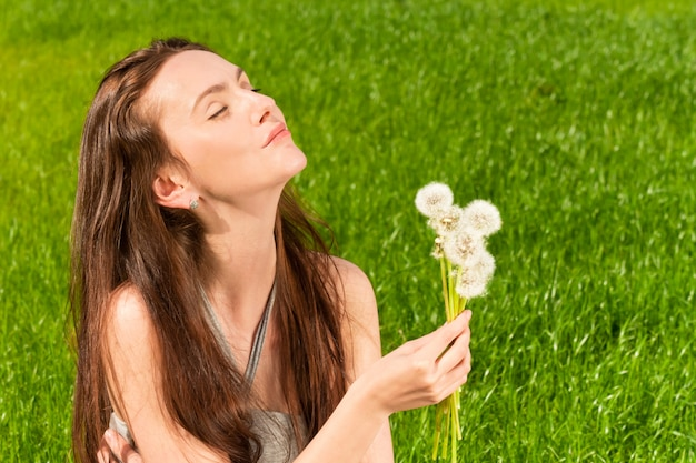 Menina, com, dandelions