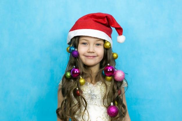 Menina com decorações de natal no cabelo dela.