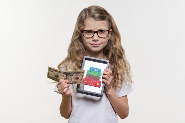 Menina com dinheiro e tablet