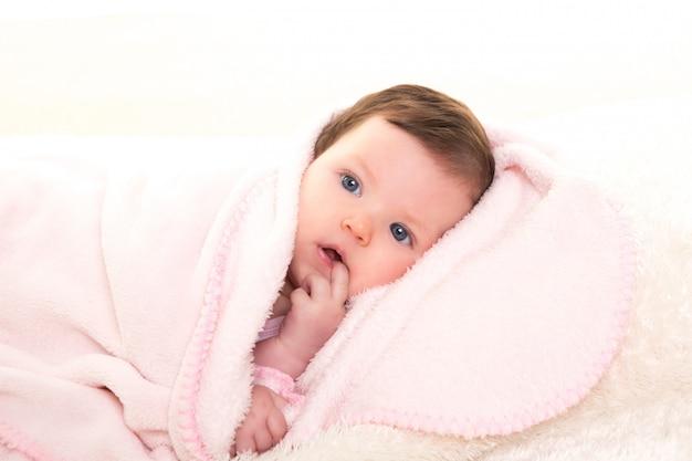 Menina com dor de dente na cor rosa com pêlo branco