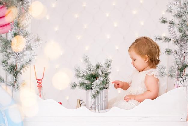 Menina com enfeites de natal
