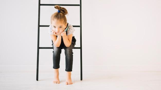 Menina, com, escova, sentando, ligado, escada, perto, parede