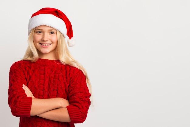 Menina com espaço de cópia de chapéu de papai noel