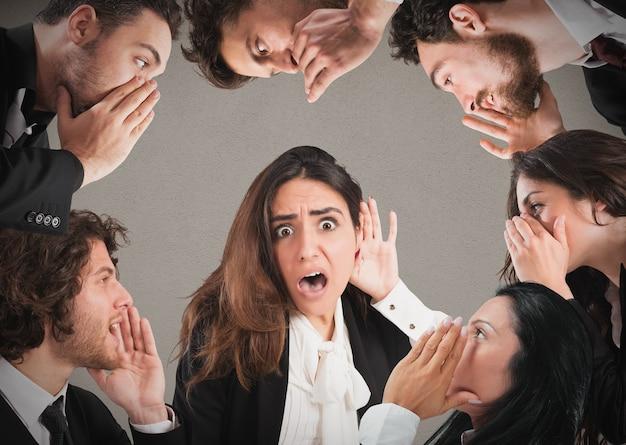 Menina com expressão chocada ouvindo muitas pessoas