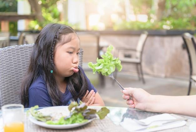 Menina, com, expressão, de, nojo, contra, legumes