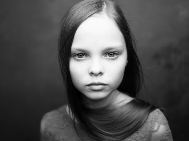 Menina com expressão triste, close up, vista recortada
