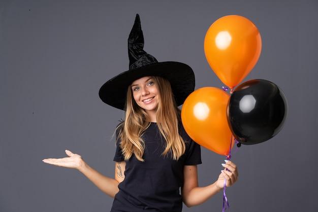 Menina com fantasia de bruxa para festa de halloween