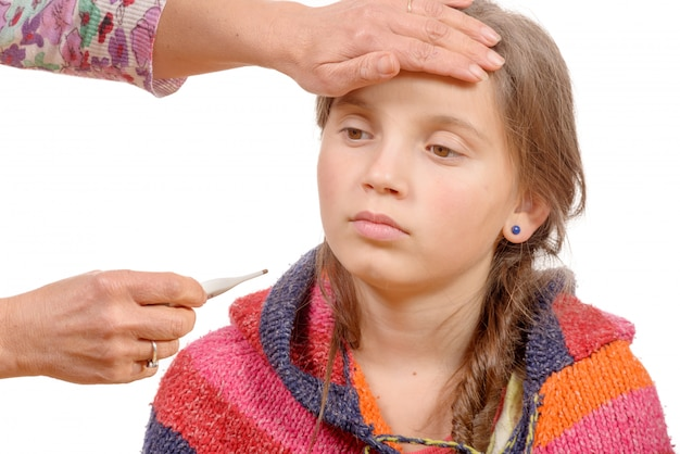 Menina com febre, sua mãe com termômetro