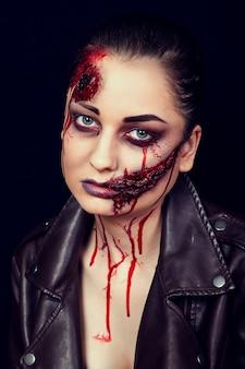 Menina com feridas no rosto, manchas de sangue, maquiagem para o halloween