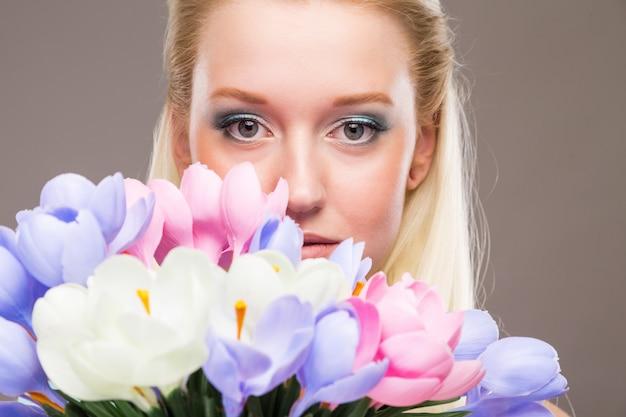Menina, com, flores, em, seu, mãos