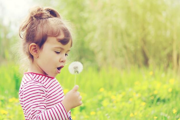Menina com flores na primavera do lado de fora. foco seletivo.