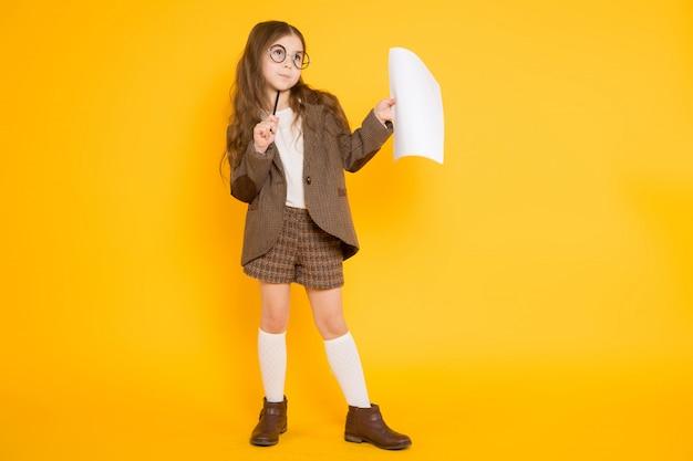 Menina com folha de papel
