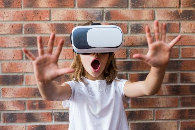 Menina com fone de ouvido de realidade virtual. conceito de tecnologia e educação de inovação
