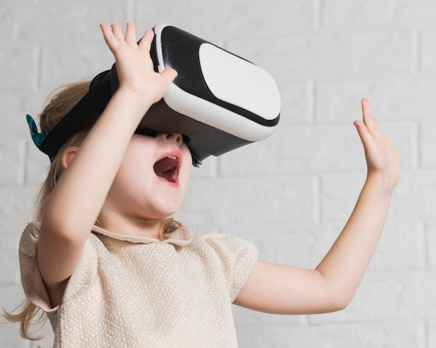 Menina com fone de ouvido de realidade virtual