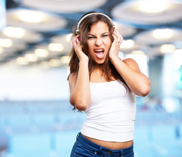 Menina com fones de ouvido cantar