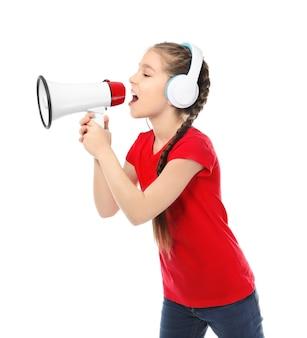 Menina com fones de ouvido gritando no megafone em branco