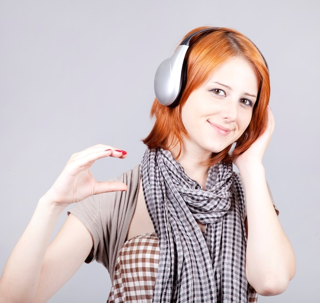 Menina com fones de ouvido modernos.