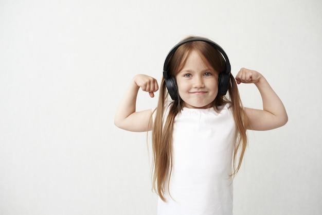 Menina com fones de ouvido ouvindo música