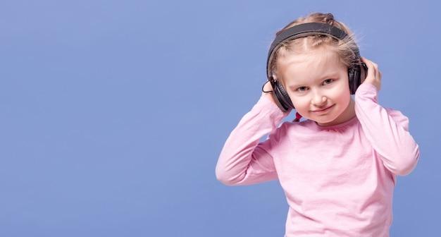 Menina com fones de ouvido, ouvindo música