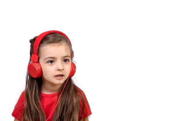 Menina com fones de ouvido vermelhos.