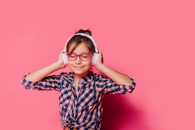 Menina com fones de ouvido