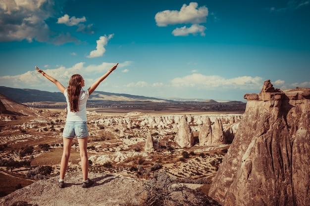 Menina com formações rochosas na turquia