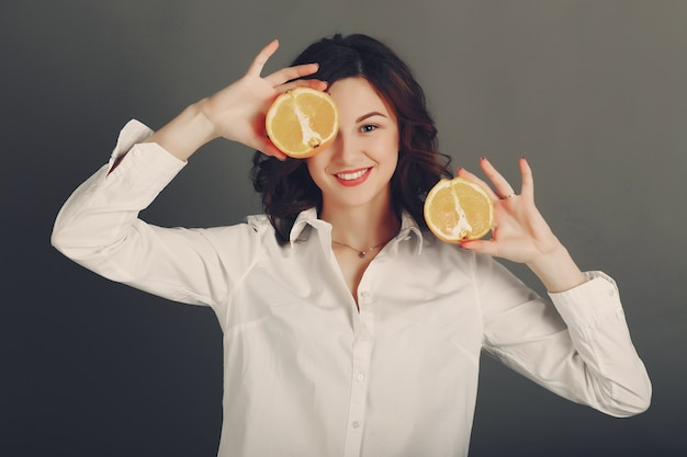 Menina com fruta