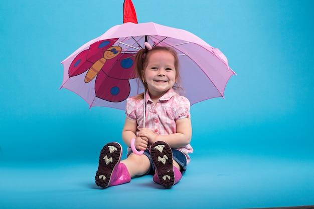 Menina com guarda-chuva rosa