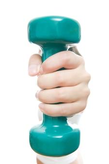 Menina com halteres verdes na mão, isolados no branco